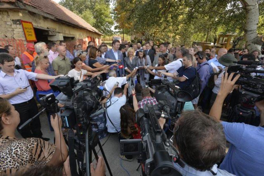 VUČIĆ U KANJIŽI: Migranti ćebadima prekrivaju bodljikavu žicu pa prebacuju decu preko u Mađarsku
