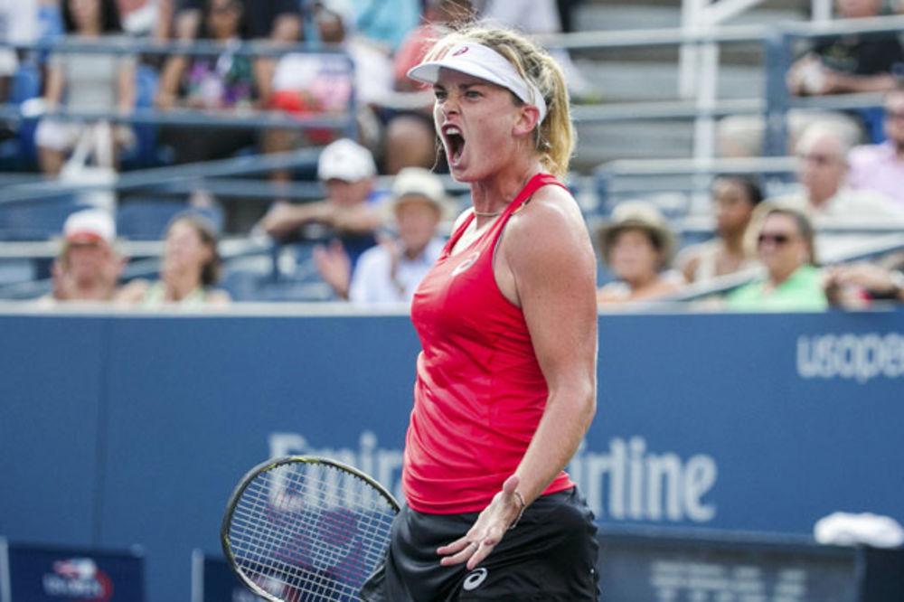 (VIDEO) KOKO BAŠ PUKLA: Besna američka teniserka polomila reket, a onda tražila aplauz navijača