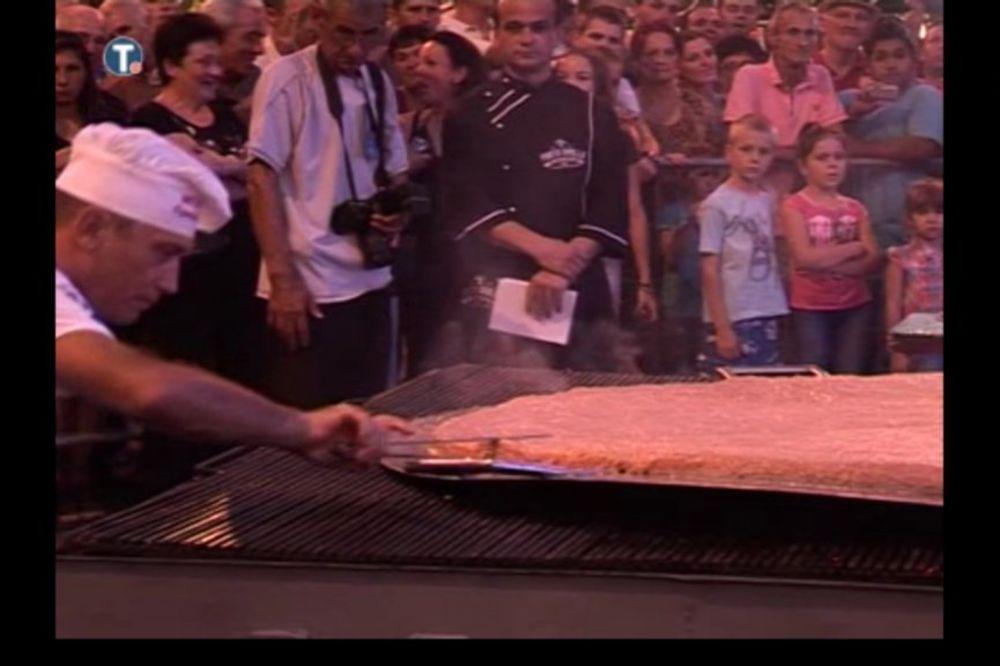 (FOTO) NOV REKORD: Na Roštiljijadi pljeskavica od 59 kilograma