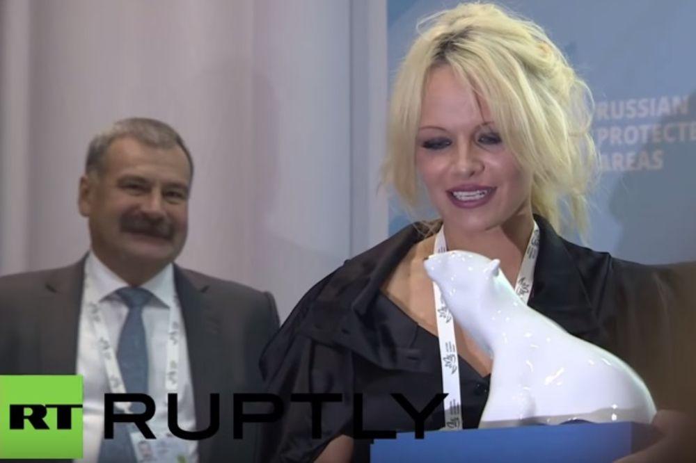 ZEČICA BRANI KITOVE: Pamela posetila Rusiju da govori o klimatskim promenama