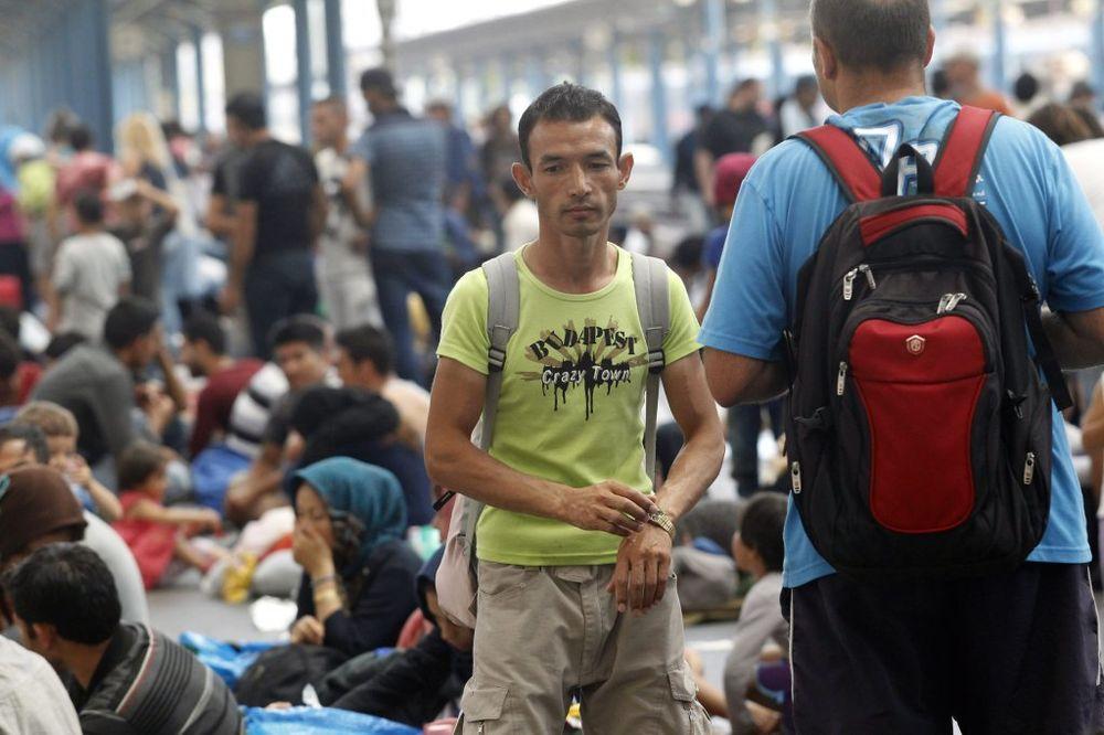 USIJANA BUDIMPEŠTA: Izbeglice krenuli peške u Beč