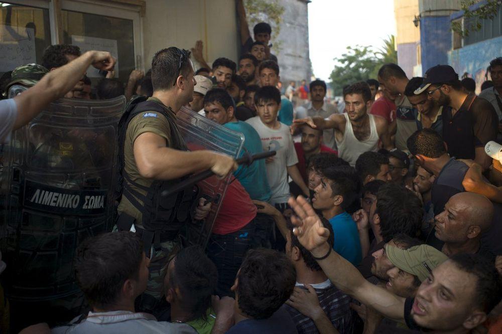 SUZAVAC NA LEZBOSU: Avganistanci se sukobili sa grčkom policijom