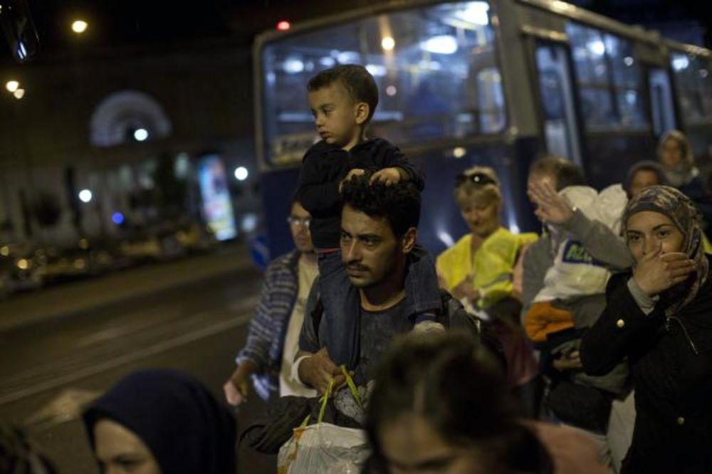 (VIDEO) HRLE KA BEČU: 3.000 izbeglica iz Mađarske stiglo u Austriju!