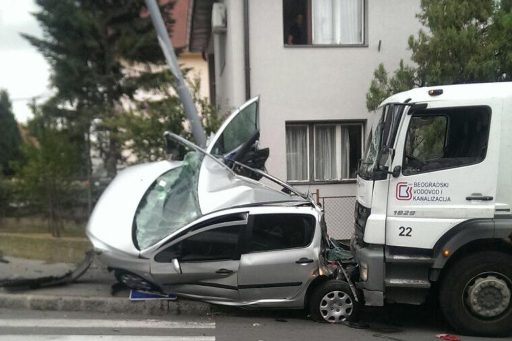 FOTO UDES NA VOŽDOVCU: Kamion smrskao automobil, pa udario u banderu