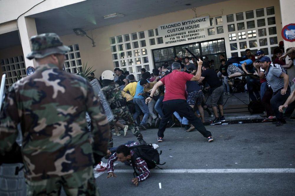 (VIDEO) SRAMOTNA SITUACIJA U GRČKOJ: Bačen Molotovljev koktel na migrante dok su spavali