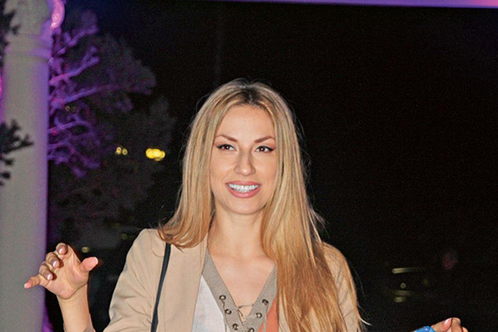 (FOTO) SAMA SEBE LJUBI: Rada Manojlović nigde ne ide bez svoje slike!