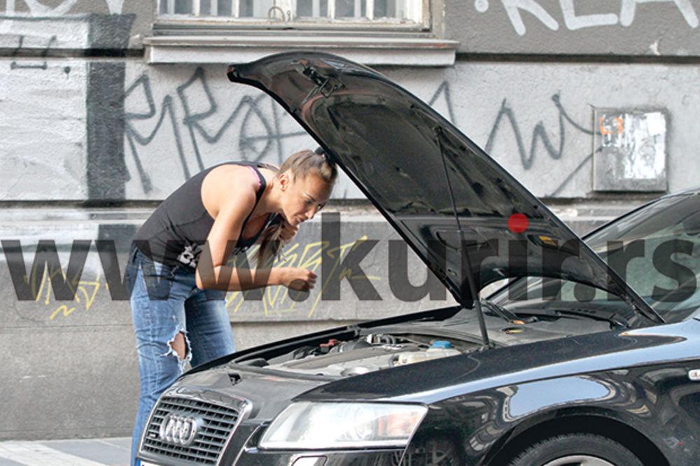 NJOJ NE TREBA MUŠKO: Goga Sekulić popravila auto nasred ulice