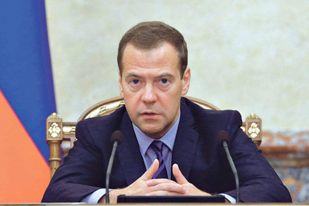 MEDVEDEV IH RAZBESNEO: Više od 160.000 Rusa traži ostavku premijera