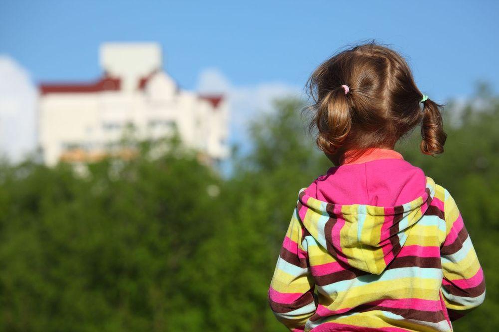OVO JE NAJTUŽNIJA SLIKA SRBIJE: Devojčica (6) ostala bez majke i spava sama na ulici!