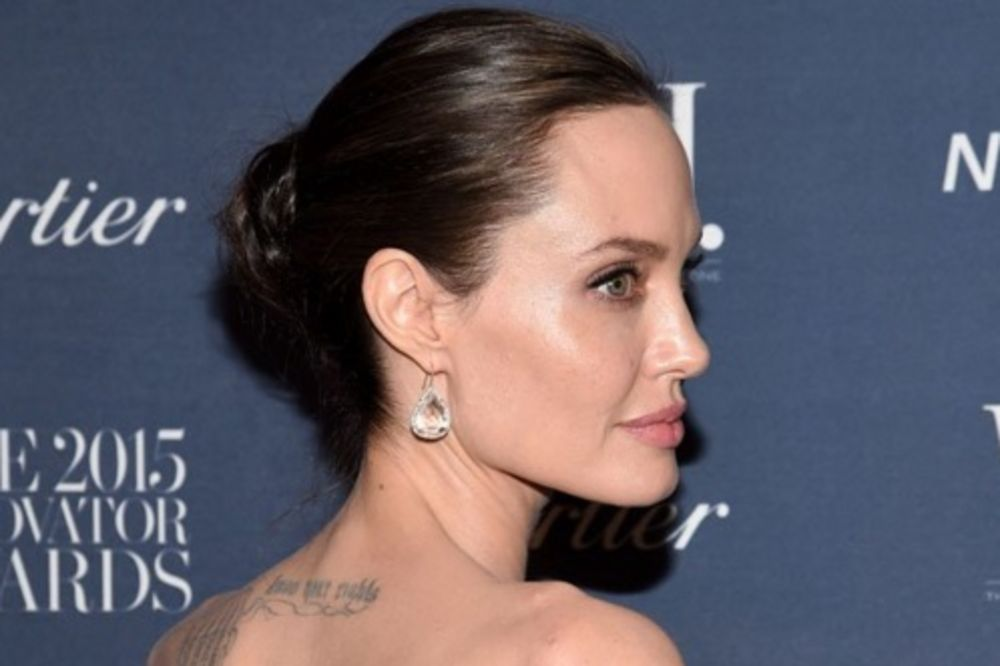 (FOTO) NE PRESTAJE DA SE ŠARA: Anđelina Džoli ima novu tetovažu