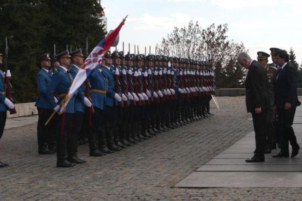 NIKOLIĆ POLOŽIO VENAC: Srbija i njen narod znaju vrednosti mira