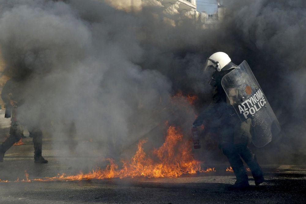 (FOTO, VIDEO) NEREDI U ATINI: Policija bacila suzavac na protivnike mera štednje