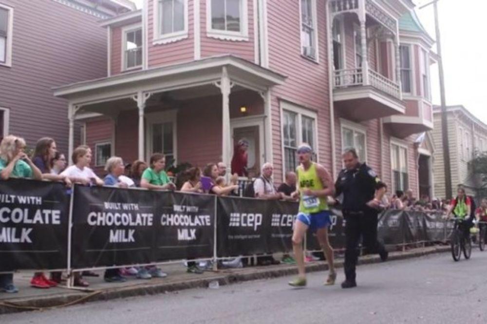 VIDEO UPORAN: Maratonac pao tokom trke, evo zašto nije odustao i ko mu je pomogao da stigne na cilj
