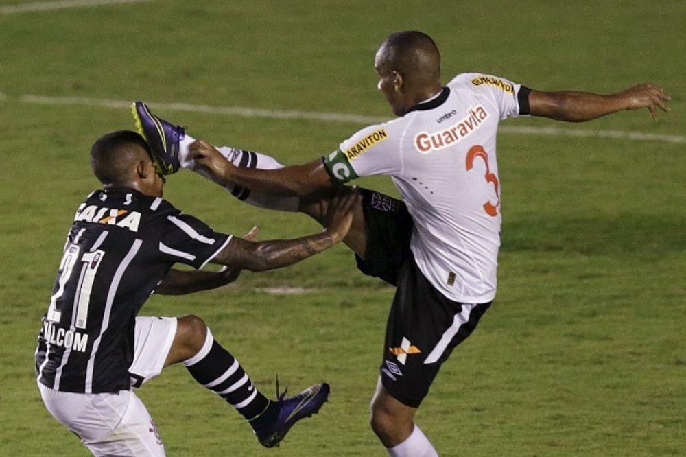 (VIDEO) OVO JE ZA ZATVOR: Pogledajte brutalan start fudbalera u Brazilu