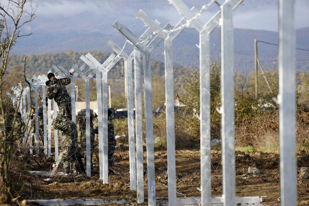 DUPLA PREPREKA ZA MIGRANTE: Makedonija gradi dvostruku ogradu na granici s Grčkom!