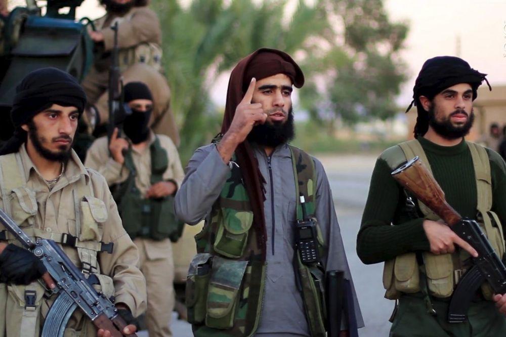 KRIJU SE OD VAZDUŠNIH NAPADA: Džihadisti briju brade i upadaju u kuće civila u Raki
