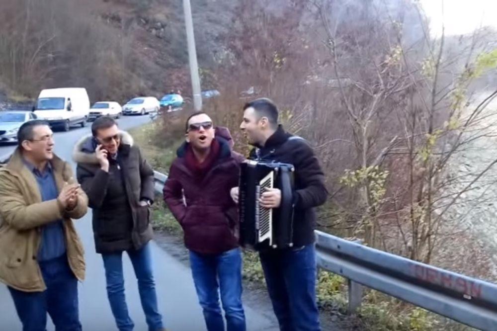 (VIDEO) OD SVE MUKE PESME PEVA: Ovako izgleda kad se Bosanci zaglave na drumu!