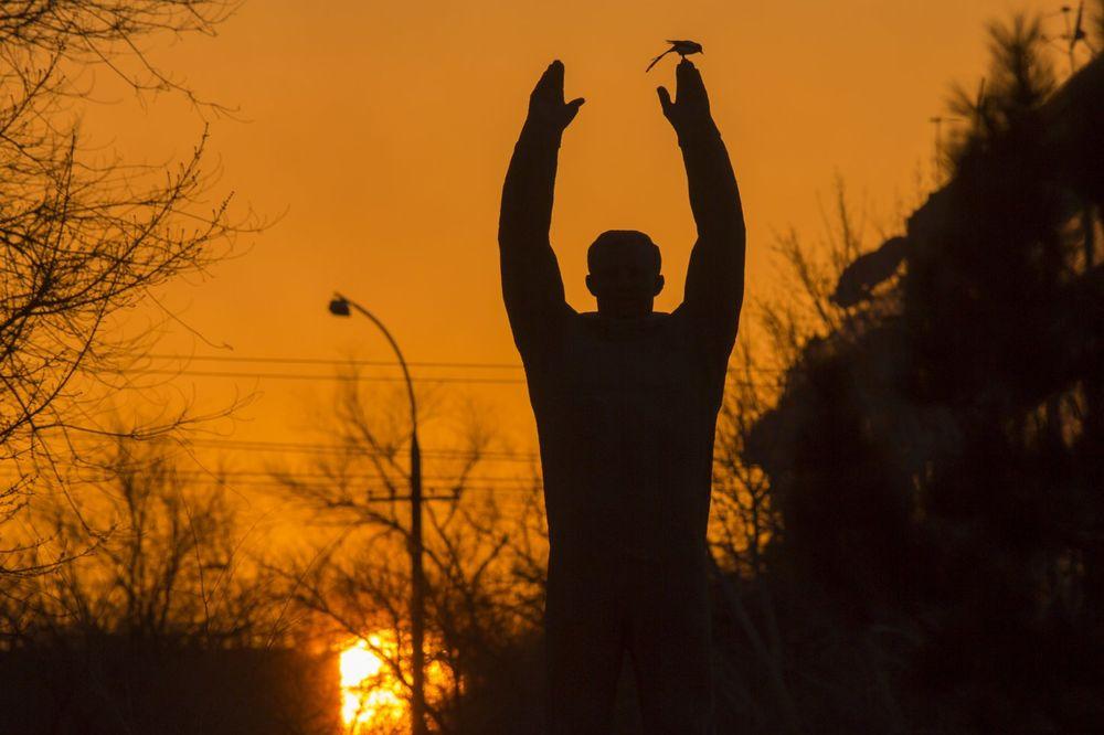 Spomenik Juriju Gagarinu na kosmodromu Bajkonur (Foto: AP)