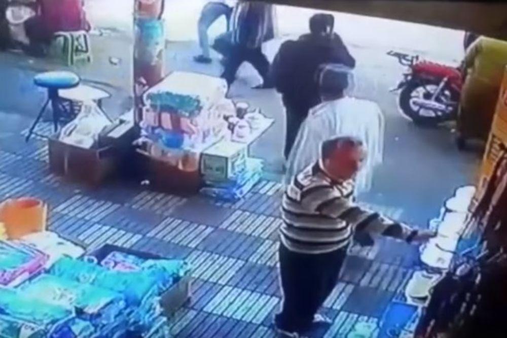 VIDEO PROLAZNIK JE UHVATIO ŽENU ZA ZADNJICU Posle toga se desilo nešto zbog čega je žestoko zažalio