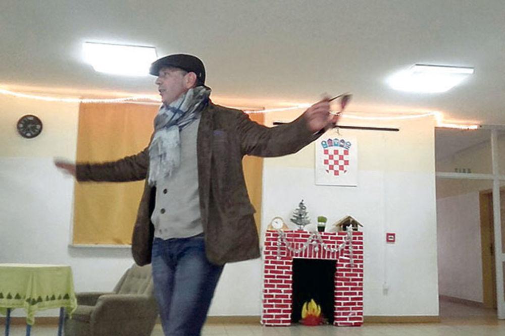 Šahovnica na zidu... Miha u osnovnoj školi koju je pohađao u Borovu