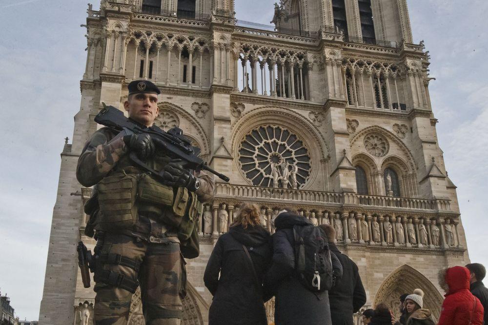 ZAVEDEN: U Parizu optužen gimnazijalac za planiranje terorističkih napada
