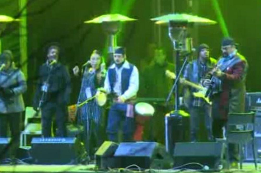 (VIDEO) NEMA ŠANSE DA GA NISTE VIDELI: Evo ko je momak koji je u narodnoj nošnji svirao sa Sigalom!