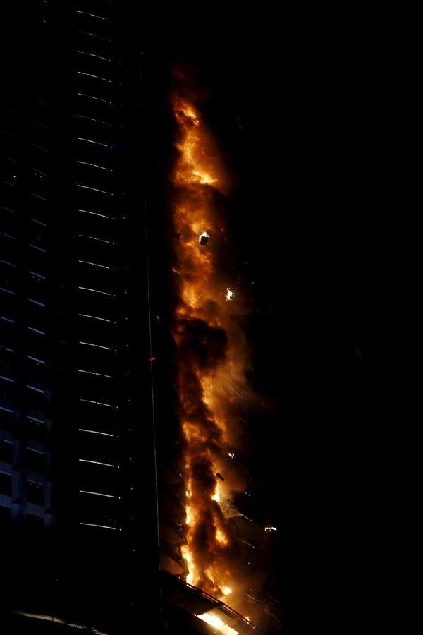 Gorelo je 20 spratova, a požar još nije ugašen sasvim (Foto: Reuters)