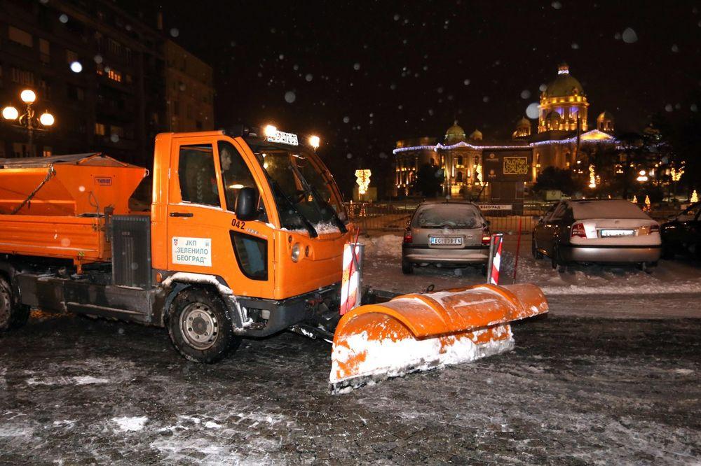 SRBIJA POD SNEGOM: Sneg čisti 2.000 radnika i 400 mašina!