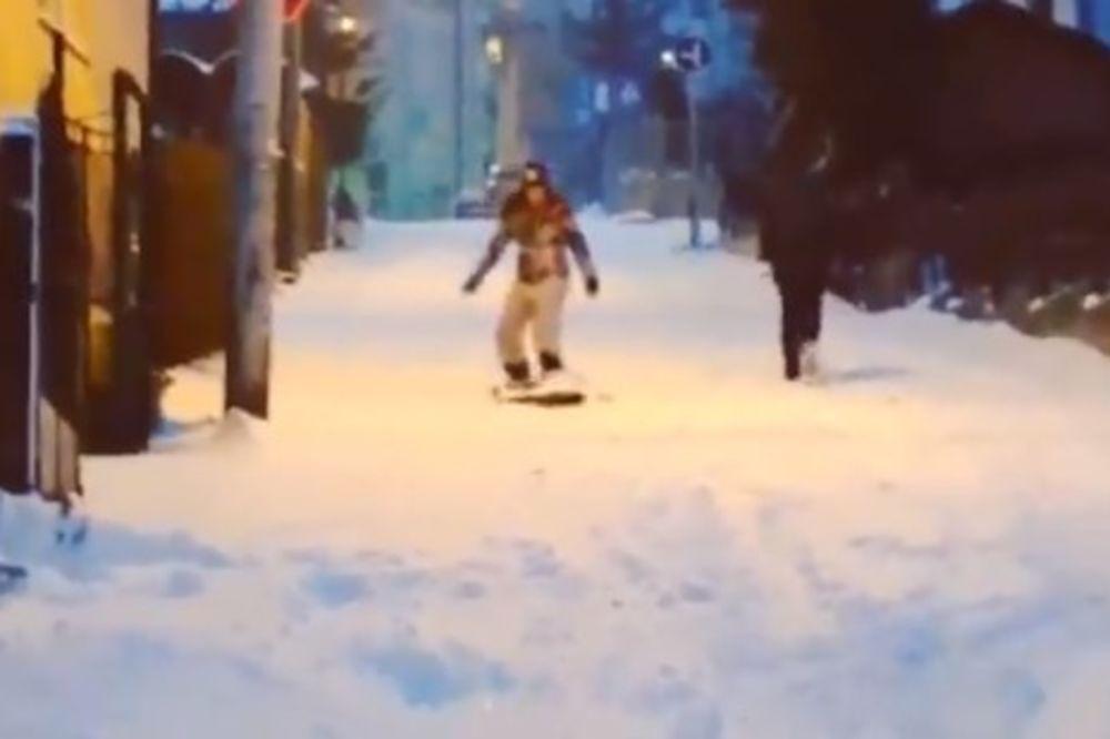 (VIDEO) OVO SE NE VIĐA U BEOGRADU: Dok svi kukaju zbog snega, pogledajte šta je uradila ova devojka!