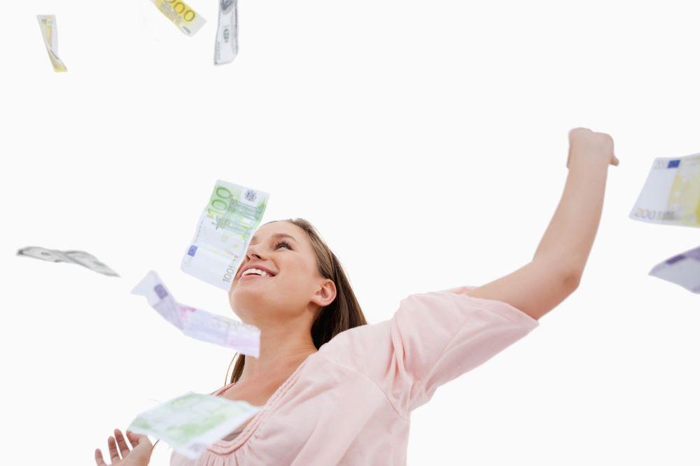 EVROPA BI DA DELI PARE GRAĐANIMA: Svakom od 500 do 2.000 evra da bi podstakli potrošnju