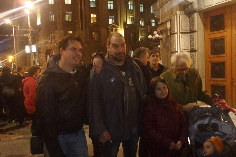 #NOVINARINEKLEČE: Večeras protest ispred Vlade Srbije, spisak zahteva biće predat premijeru Vučiću!