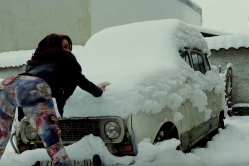 (VIDEO) HRVATICA HIT NA INTERNETU: Guzom otapa i čisti snijeg sa auta!