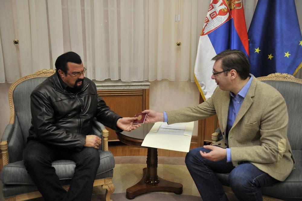 (FOTO) I ZVANIČNO SRBIN: Vučić uručio Sigalu srpski pasoš