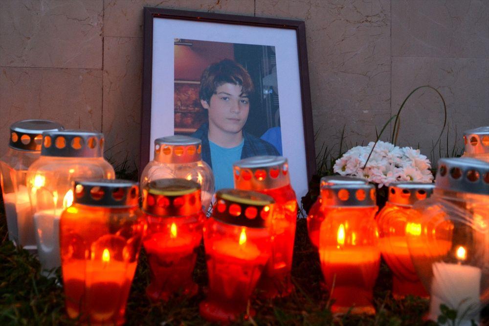 (FOTO) SVEĆE I CVEĆE ZA MAHIRA: Mostarske majke odale poštu tragično stradalom sarajevskom dečaku