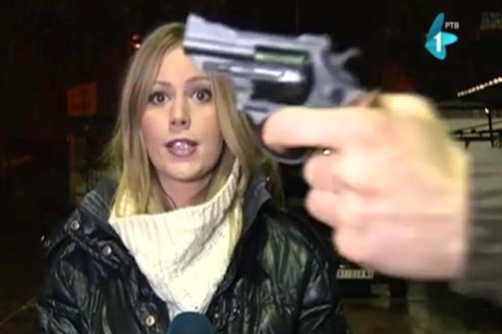 VIDEO VITLAO ORUŽJEM UŽIVO: Muškarac potegao pištolj ispred novinarke RTV