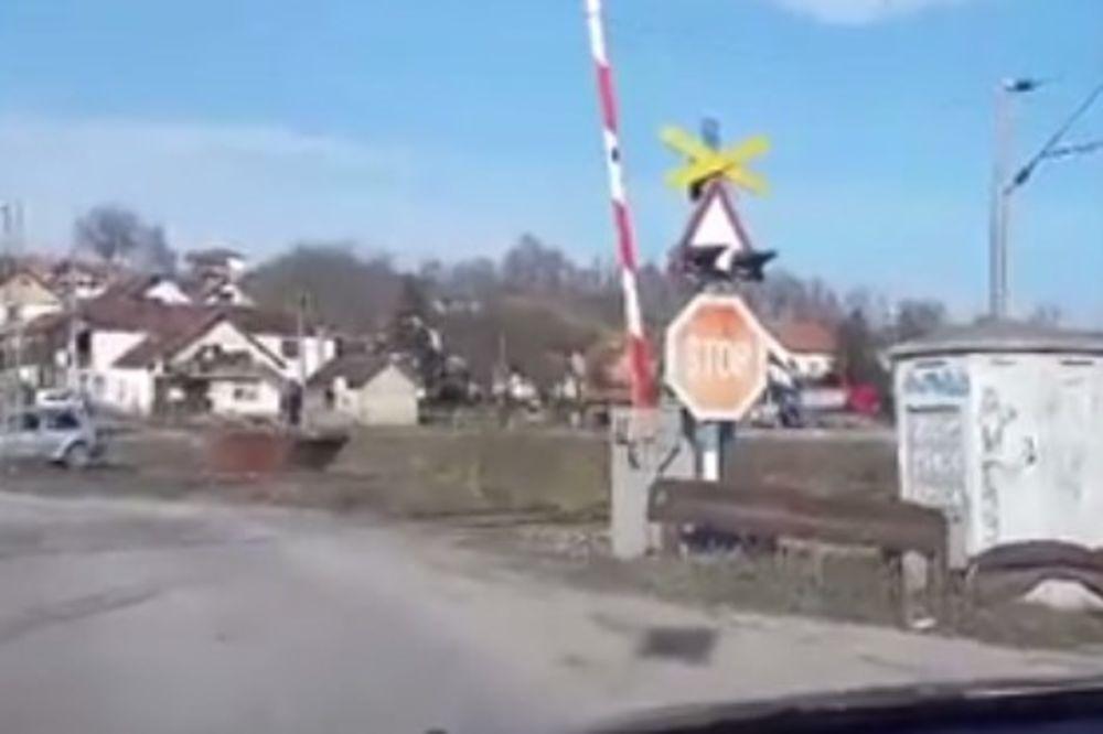 (VIDEO) JEZIV SNIMAK KOD VALJEVA: Voz prolazi dok je rampa podignuta!