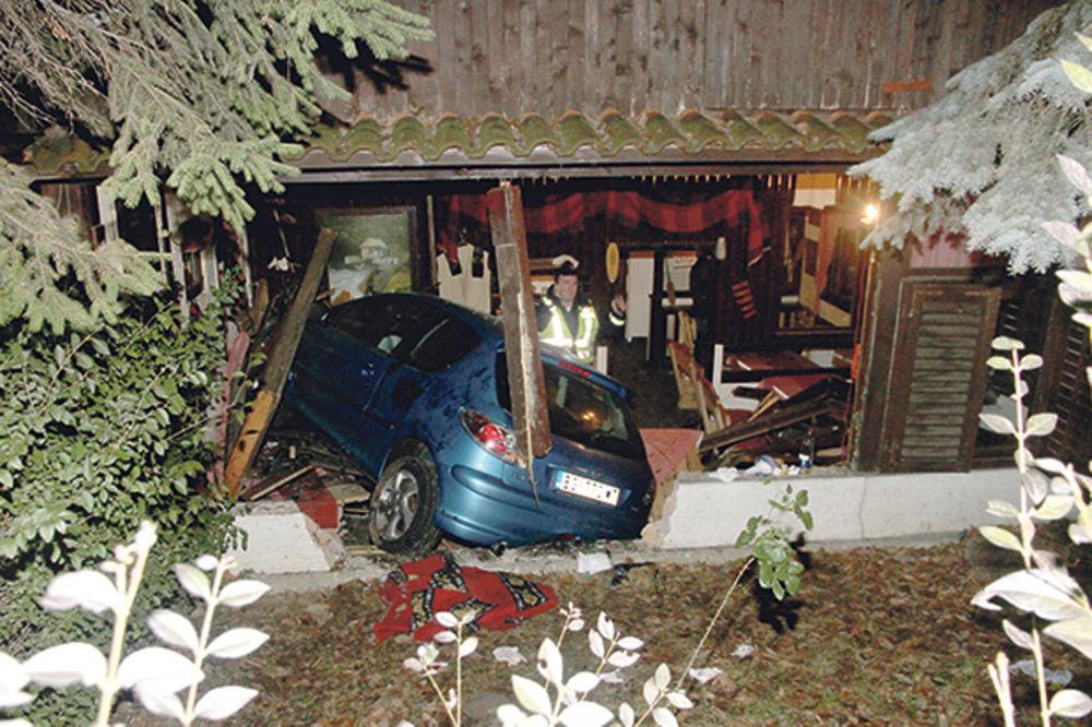 automobil, uleteo, pokosio, kafana, mirijevo, foto Dragan Kadić