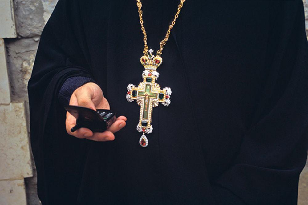 ZAŠTO MLADI POPOVI IDU U KONOBARE? Penzionisani sveštenici zbog 70.000 RSD neće iz crkvene službe?!