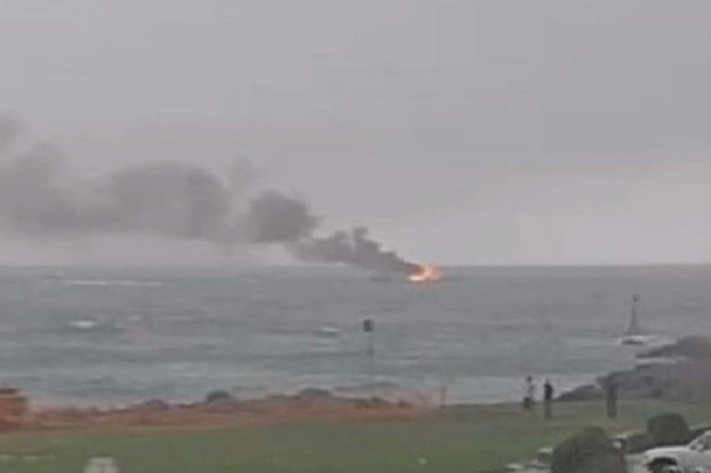 NA PALUBU, PA PREKO OGRADE: Zapalio se turistički brod, svi se spasili skokom u vodu