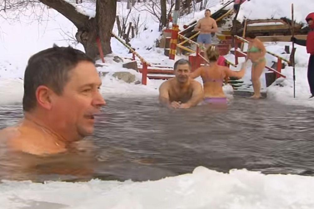 (VIDEO I FOTO) KRSTOVDAN U RUSIJI: Svi pojurili u ledenu vodu i hvale se po Tviteru i Fejsbuku!