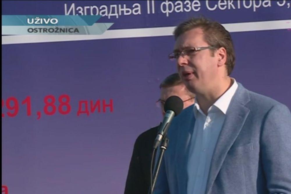 VIDEO SRAMOTA U OSTRUŽNICI: Vučić otvorio radove na mostu dok su SNS botovi zviždali novinarima