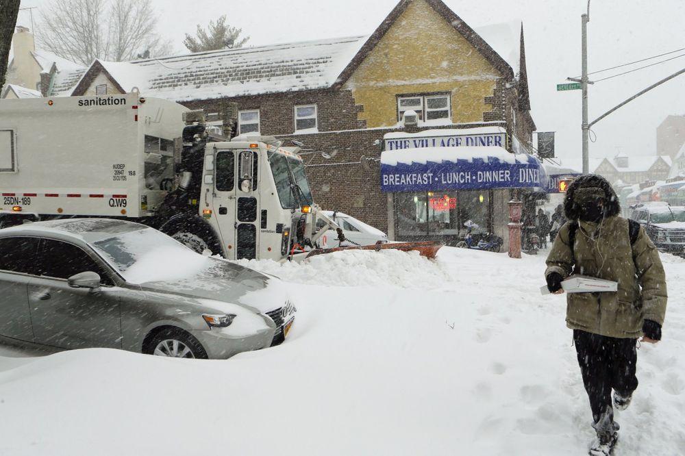 U Njujorku se nakupilo 76 cm snega: Ovako je u Kvinsu (Foto: AP)
