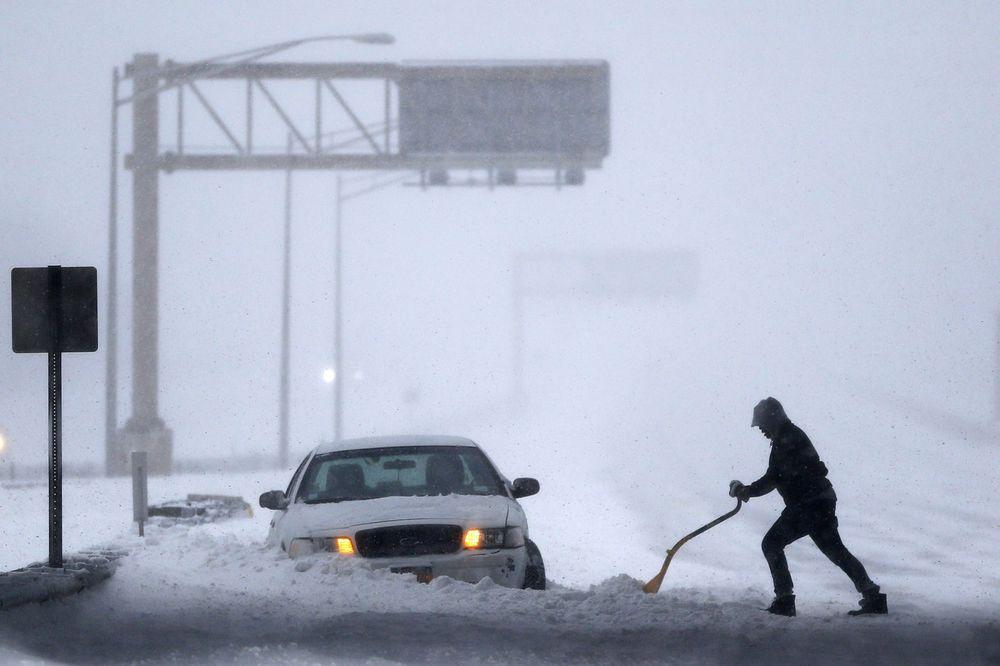 VIDEO I FOTO AMERIKA PARALISANA, U NJUJORKU VANREDNO 19 mrtvih u snežnoj oluji koja je tek počela!