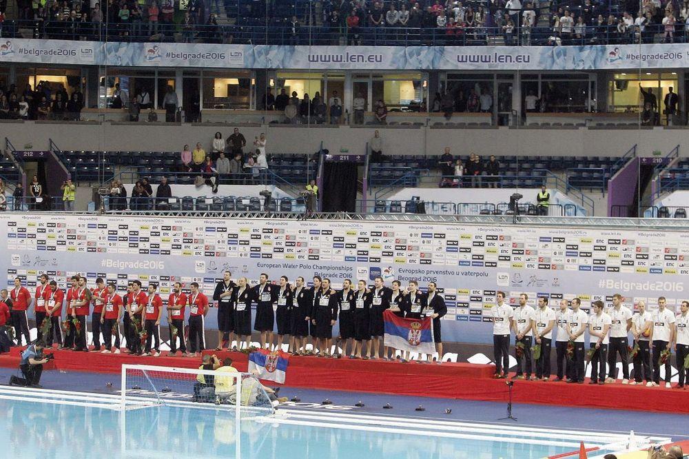(FOTO, VIDEO) MISTERIJA: Nikome nije jasno zašto su vaterpolisti Crne Gore kasnili na dodelu medalja