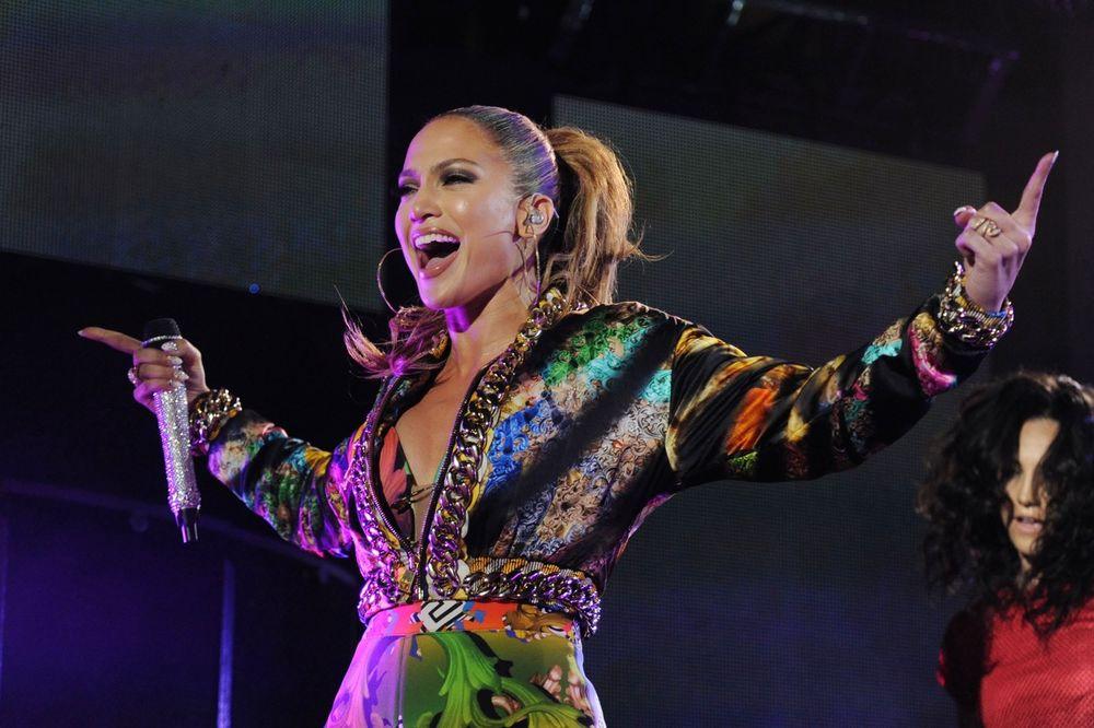 (VIDEO) DŽEJ LO POKAZALA GUZU: Pevačici se na koncertu pocepao kostim