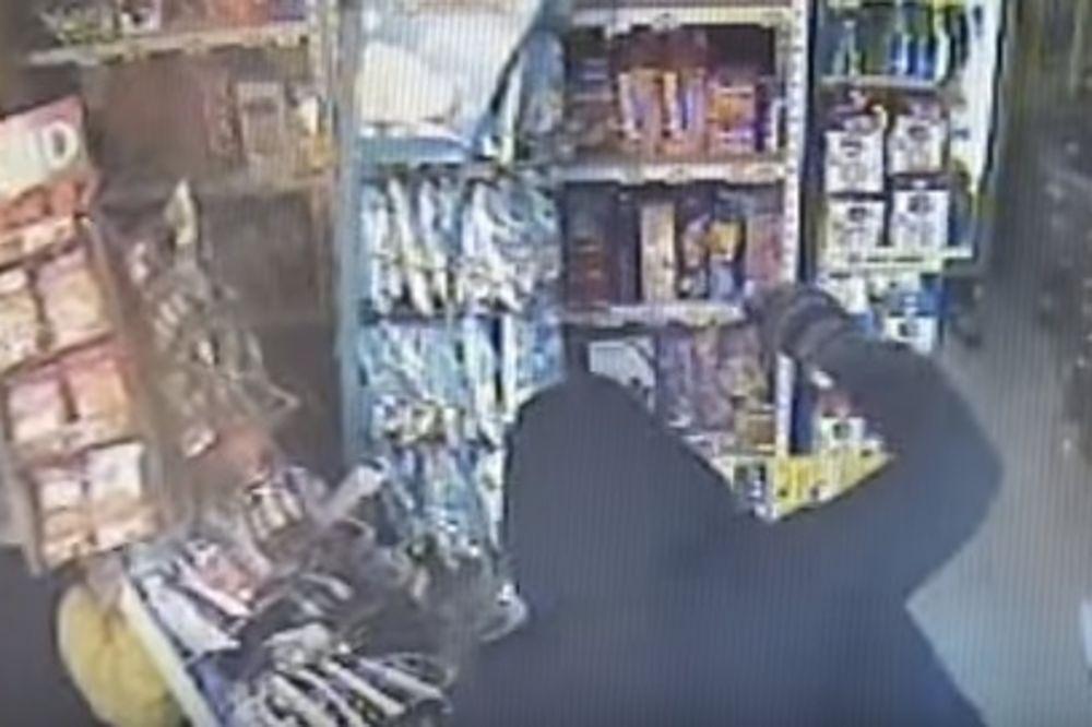 DRAMATIČAN SNIMAK IZ OBRENOVCA: Pretukao vlasnika i opljačkao prodavnicu naoružan mesarskim nožem!