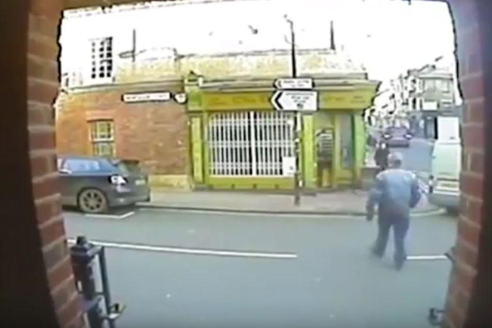 (UZNEMIRUJUĆI VIDEO) BRITANIJA U POTRAZI ZA PAKLENIM VOZAČEM: Pešaka udarila kola, leteo 12 metara