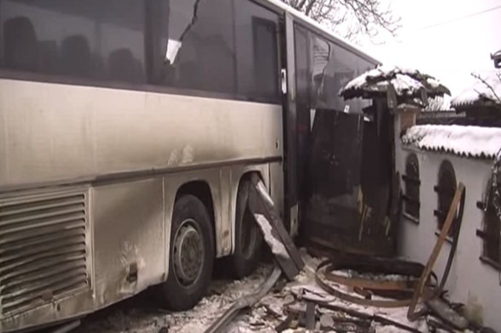 (VIDEO) UDES KOD VRANJA: Autobus sleteo s puta pravo u zid kafane