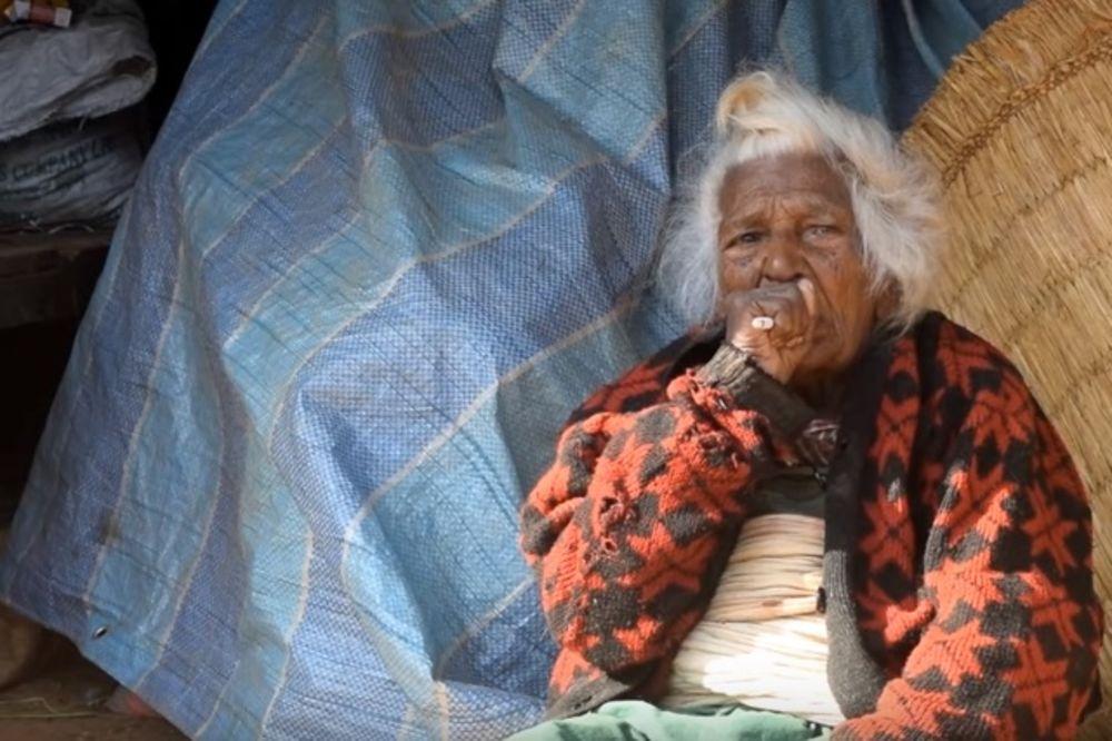 (VIDEO) TAJNA DUGOVEČNOSTI: Ova bakica tamani 30 cigareta dnevno i ima 112 godina