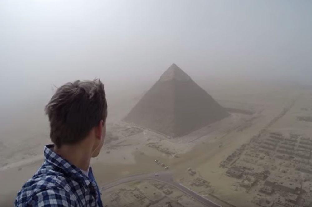 ILEGALNO JE, ALI OVAJ TINEJDŽER SE USUDIO: Ovako izgleda kada se popnete na vrh Keopsove piramide
